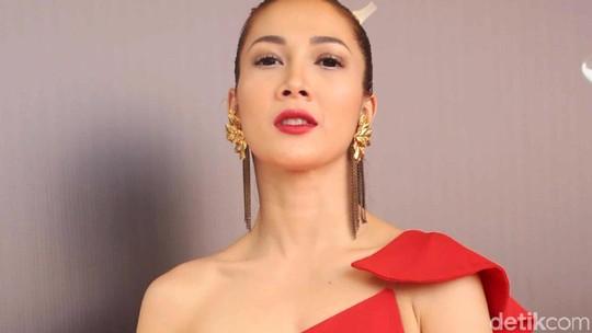 Seksinya Andrea Dian dengan Gaun Merah