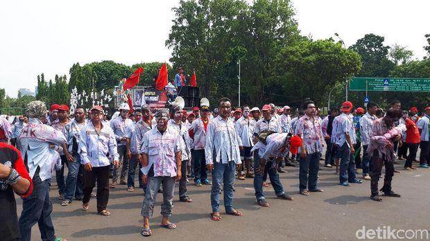 Tiba di depan Istana, Zombie AMT Ingin Temui Presiden Jokowi