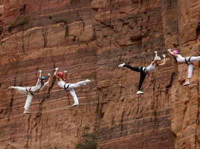 Foto: Para Wanita Cantik Berlatih Yoga di Atas Kabel Setinggi 200 Meter