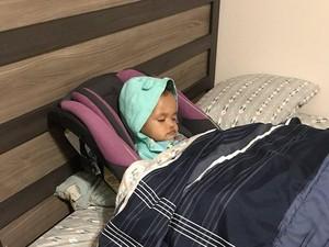 Sweet Banget! Alasan Ayah yang Pindahkan Car Seat Putrinya ke Kasur