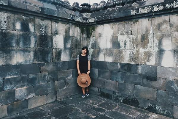 Seperti yang satu ini, Gregoria wisata candi di DI Yogyakarta. Dia berfoto di salah satu sudut candi (greegoriaa/Instagram)