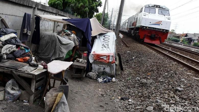 Gubuk Liar Menjamur di Pinggir Rel KA Jakarta-Bekasi