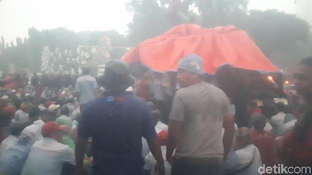 Meski Hujan Lebat, Zombie AMT Pertamina Tetap Bertahan di Istana