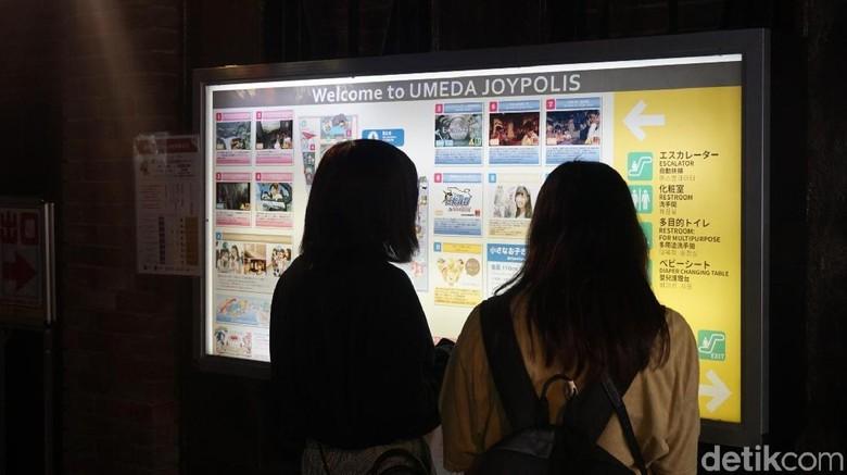 Traveler melihat-lihat peta Umeda SEGA Joypolis di Kota Osaka (Wahyu/detikTravel)