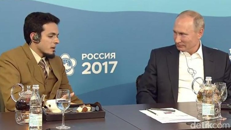Foto: Seriusnya Putin Simak Paparan Dokter Asal Malang