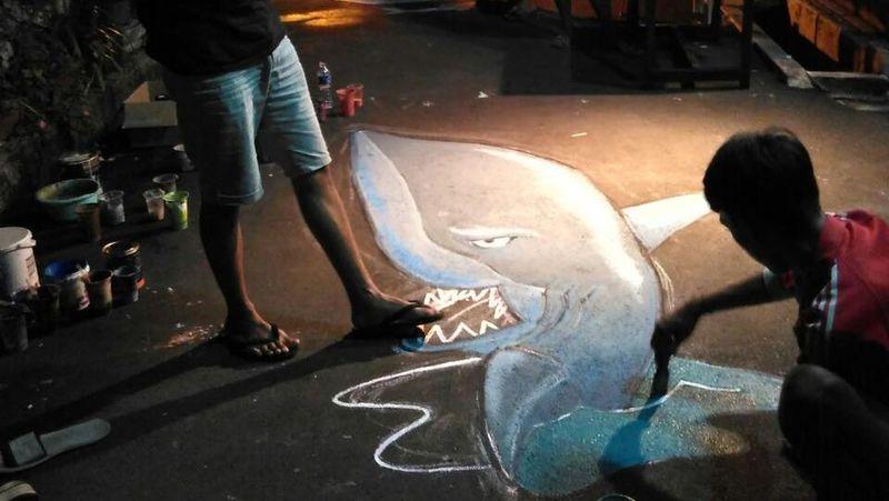 Gotong royong dan rembug bersama diandalkan para pemuda karang taruna RW 3 Kelurahan Sukma Jaya untuk pembuatannya. Lukisan 3D hiu ini adalah yang terbaru (Dok. Muhammad Alam)