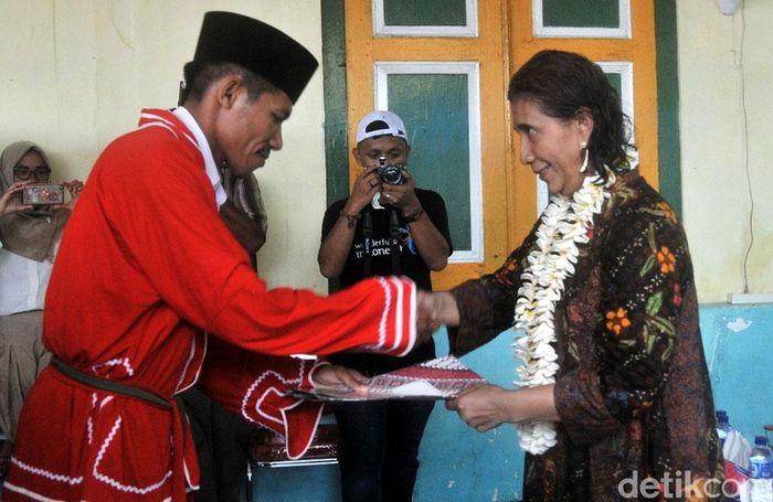 Susi menerima gelar adat Orlima Luar saat melakukan kunjungan ke Lonthoir, Kecamatan Banda, Kabupaten Maluku Tengah, Minggu (22/10/2017). Dengan pengukuhan gelar adat ini Susi resmi menjadi orang luar yang diangkat menjadi anak daerah Lonthoir. Pool/Lilly Aprilya Pregiwati/KKP.