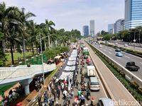 Massa Long March, Bentangkan Bendera Ar Rayah di Depan Gedung DPR