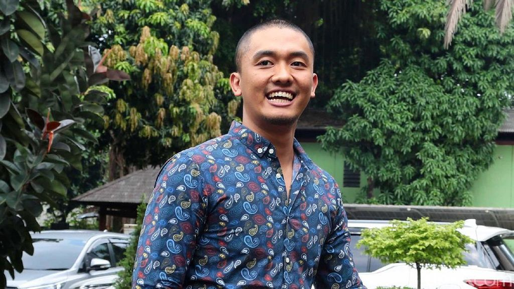 Komentar Uus soal Beda Paham Arie Untung-Ernest Prakasa