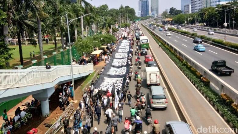 Massa Tolak Perppu Ormas Diminta Bubar Sebelum Pukul 18.00