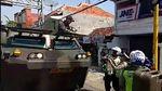 Foto: Momen Polantas Setop dan Bantu Konvoi TNI