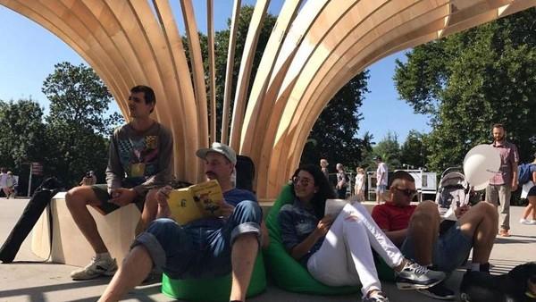 Sedangkan di muka, dibuat tempat untuk duduk. Kamu bisa bebas memilih buku dan membacanya di tempat yang sudah disediakan. Perpustakaan ini menyediakan kursi bantal, supaya kamu bisa bersandar (Rapanalibrary/Facebook)