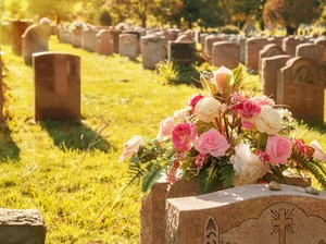 Viral Aksi Ekstrem Emak-emak Bersihkan Nisan di Kuburan Demi Hilangkan Stres