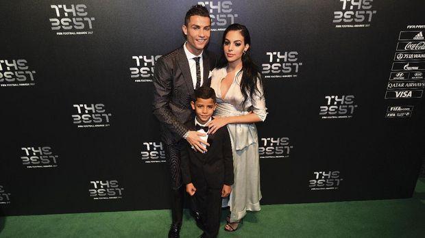 Ronaldo bersama sang putra dan kekasih, Georgina Rodriguez. (