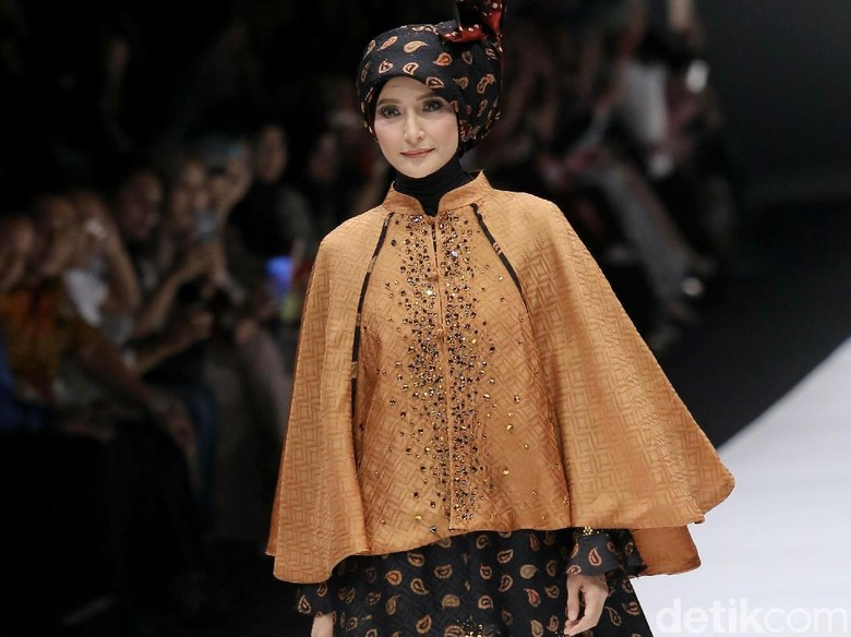 Belajar Hijab Syari, Inneke Koesherawati Contoh Zaskia Sungkar