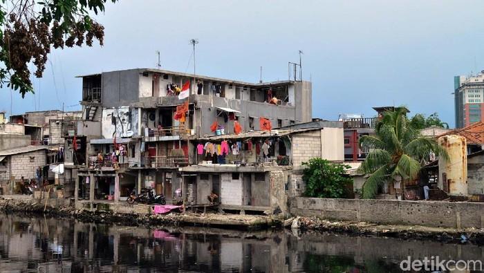 Normalisai tengah dilakukan di Kali Pesing, Jakarta. Sejumlah bangunan liar yang berada di pinggir kali mulai ditertibkan.