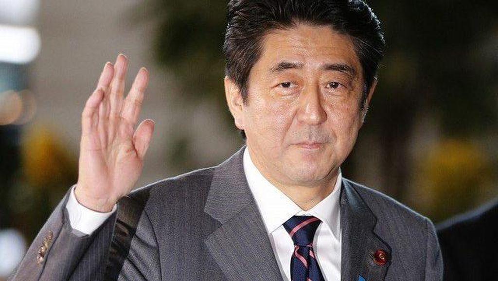 PM Shinzo Abe Tertangkap Lagi Makan Es Krim, Ini Reaksi Netizen Jepang!