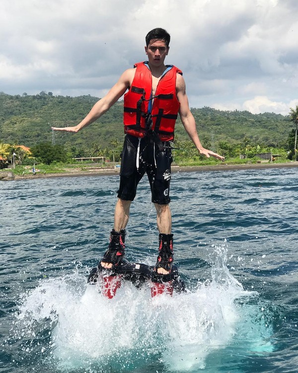 Selain menikmati keindahan alam, Verrell tak lupa juga untuk menjajal aktivitas olahraga air (bramastavrl/Instagram)