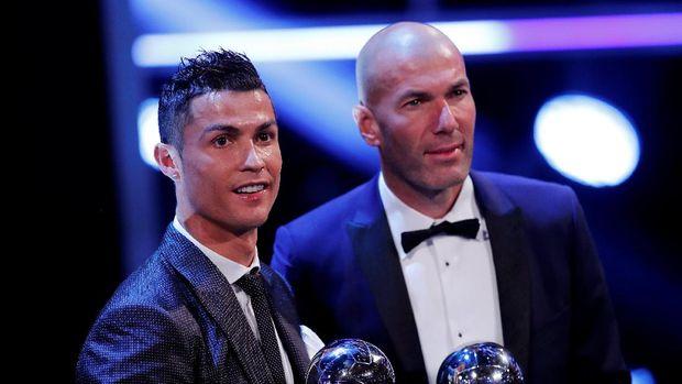 Cristiano Ronaldo dan Zinedine Zidane meraih penghargaan FIFA.