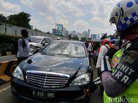 Kendaraan diallihkan ke busway (Foto: Meilika/detikcom)