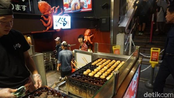 Penjual takoyaki ini juga ramah kepada pembeli. Wajib dicoba kalau liburan ke Osaka! (Wahyu/detikTravel)