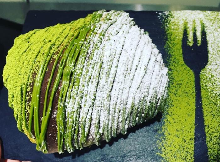 Penggila matcha atau teh hijau bakal puas dengan croissant yang dibuat dengan matcha dan ditaburi matcha. Matcha Overdose sebutan dari @azukibakery pembuatnya.