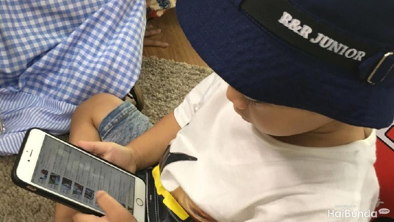 Menyikapi Anak yang Minta Handphone Seperti Teman-temannya/ Foto: dok.HaiBunda