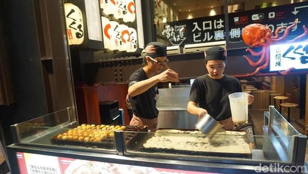 Keterampilan mereka dalam memasak takoyaki bisa jadi atraksi tersendiri untuk dilihat traveler. Seru! (Wahyu/detikTravel)