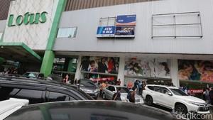 Lotus Thamrin Mau Tutup, Baju Hingga Sepatu Rp 99.000 Ludes