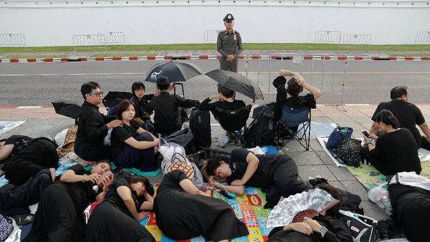 Warga Thailand memilih tidur di jalanan demi menghadiri prosesi kremasi Raja Bhumibol