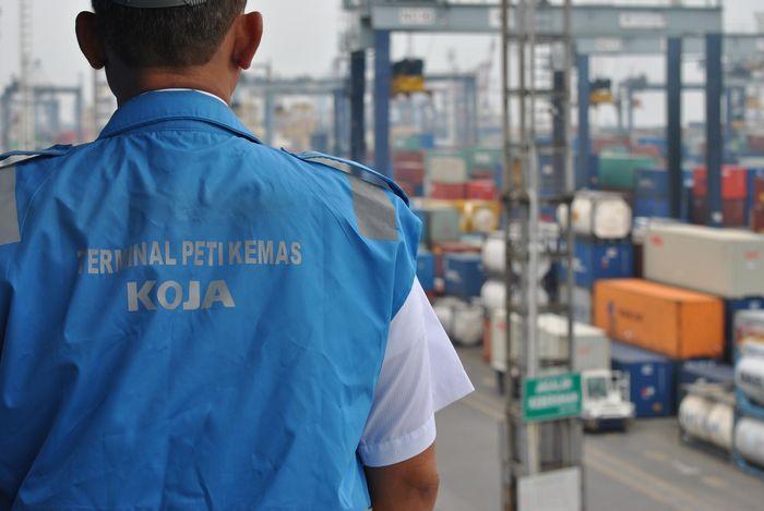 Seorang petugas mengamati lalu lintas kerja di Terminal Pelabuhan Tanjung Priok, Jakarta, Rabu (25/10). Foto: dok. TPK Koja