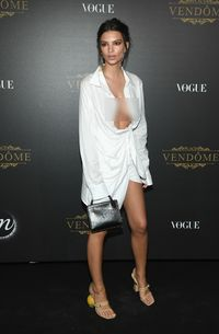 Selena Gomez Vs Emily Ratajkowski Pakai Sepatu Beda Sebelah, Stylish Mana?