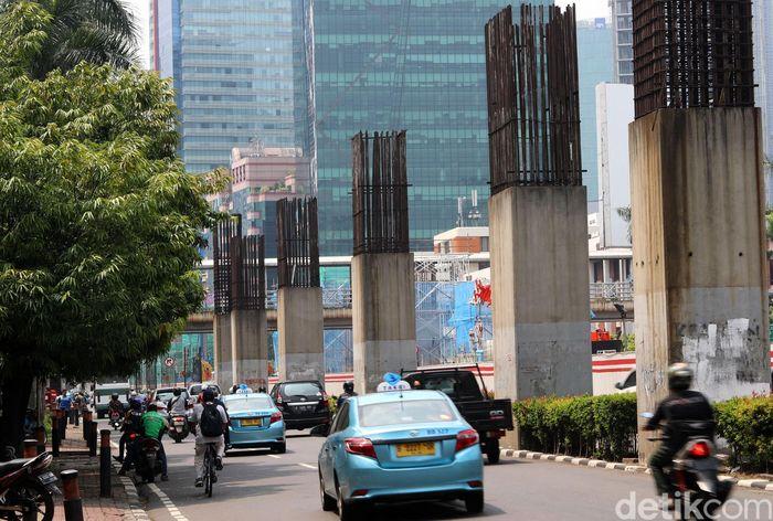 Jajaran tiang bekas proyek monorel di Jalan Rasuna Said, Jakarta, Rabu (25/10/2017).