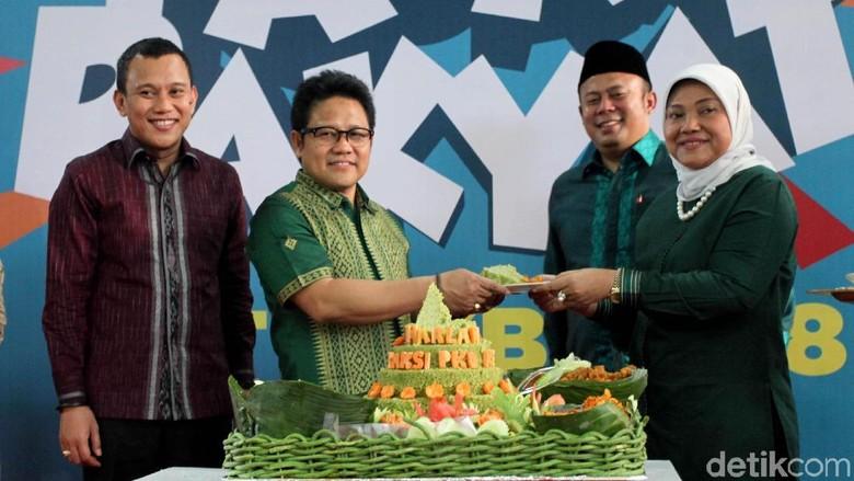 Cak Imin Potong Tumpeng di Hari Jadi Fraksi PKB
