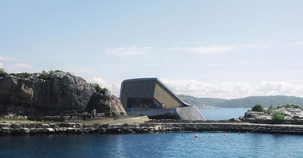 Dirancang oleh Norwegia Snohetta. Terbentuklah desain sedemikian rupa, berupa cangkang beton seperti kerang yang menempel di bibir pantai berbatu(Dok. CNN Style)
