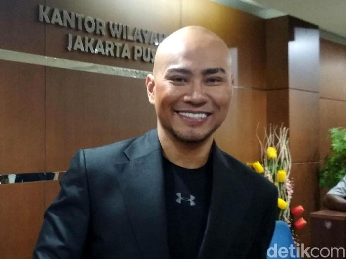 Magician sekaligus presenter Deddy Corbuzier menyambangi Kantor Wilayah (kanwil) DJP Jakarta Pusat, Rabu (25/10/2017). Kedatangannya juga masih berkaitan soal pembayaran pajaknya sebesar Rp 2,5 miliar yang diunggah melalui video di salah satu akun media sosialnya.