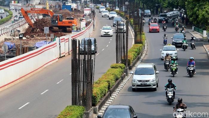 Mangkraknya proyek monorel masih menyisakan tiang pancang di Jalan Rasuna Said, Jakarta, Rabu (25/10/2017). Nasib penggunaan tiang bekas monorel diserahkan kepada Pemprov DKI yang saat ini dipimpin Anies Baswedan.