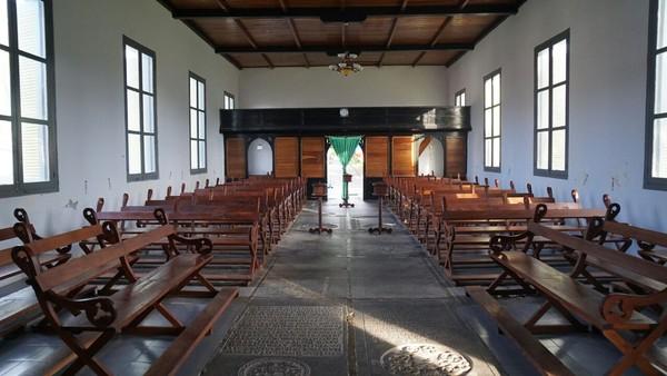 Gereja ini memiliki lantai yang terdiri dari 30 nisan kuburan prajurit Belanda (Syanti/detikTravel)