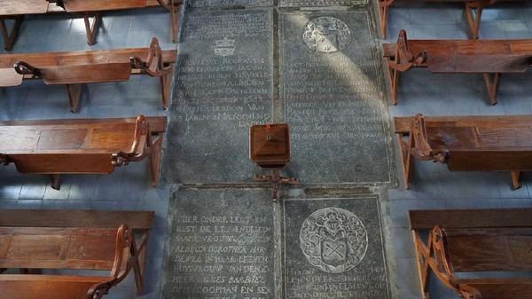 Sesuai kebiasaan orang Belanda, orang-orang penting dimakamkan di dalam gereja. Karena itulah, kenapa gereja ini berlantai nisan, untuk menghormati para tentara Belanda yang gugur saat menahlukan Kepulauan Banda (Syanti/detikTravel)