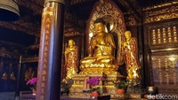 Patung Buddha emas yang dapat dijumpai di dalam kelenteng. Patung di dalam kelenteng dilapisi emas setiap tahun agar selalu terlihat baru (Elvan/detikTravel)