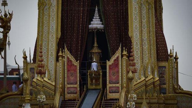 Pagoda utama yang disebut Busabok, tempat disemayamkannya jenazah Raja Bhumibol sebelum dikremasi