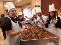 'Fruitcake Mixing Ceremony 'yang Seru Tandai Datangnya Hari Natal