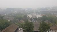 Panorama dari tingkat tertinggi pagoda. Tampak siluet kota dengan sedikit kabut tipis yang menyelimuti (Elvan/detikTravel)