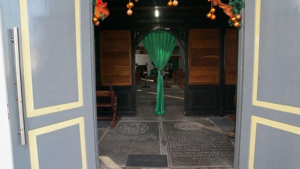 Gereja ini unik, di pintu masuknya saja kita akan langsung menginjak batu nisan (Syanti/detikTravel)