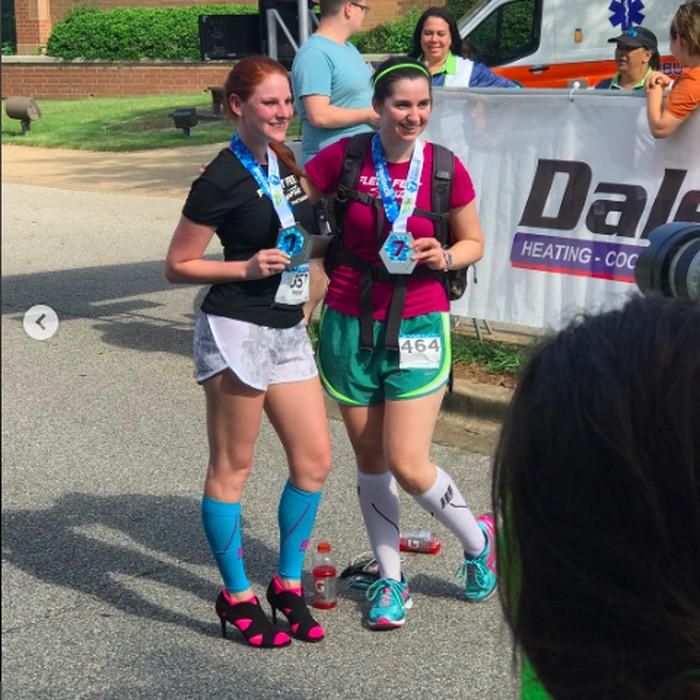 Jogging sejauh 42,195 km sepertinya kurang menantang bagi wanita ini. Ia lalu mencobanya dengan sepatu hak tinggi, dan akhirnya mencetak rekor dunia Guiness. Foto: instagram/@highheelsforguinness