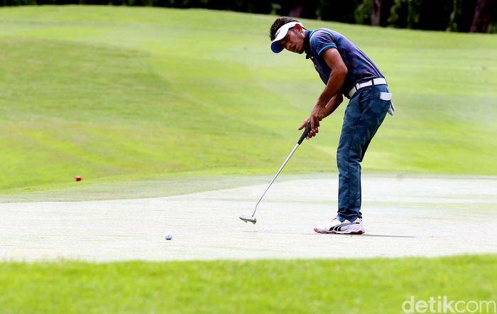 Pegolf Indonesia, Syukrizal, saat memukul bola di hari pertama Kejuaraan Golf Indonesia Open 2017.