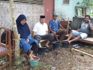 Warga Tasik Ramai-ramai Rendam Kaki di Air Semburan Lumpur Panas