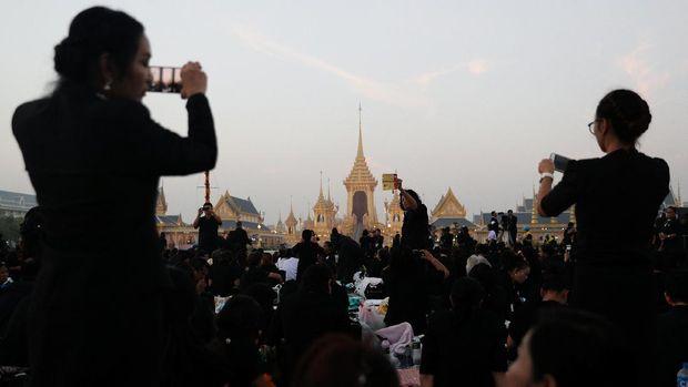 Ratusan ribu warga Thailand memenuhi area sekitar lokasi kremasi