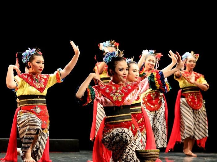 Pertunjukan Jakarta Dance Meet Up edisi ke menampilkan karya-karya dari lima komunitas, yaitu Alisa Soelaeman Dance Project, Dance Melayu Bangka Belitung (DMB), Indonesia Dance Theatre (IDT), Kelompok Insan Pemerhati Seni (KIPAS), Sanggar Tari Padurasa Tebet. 6 koreografer dari lima komunitas tersebut siap menampilkan karya terbaik mereka, kamis 26/10/2017 di Gedung Kesenian Jakarta. (Foto : Eva Tobing)