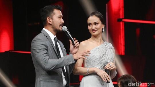 Couple Goals! Serasinya Rio Dewanto dan Atiqah Hasiholan